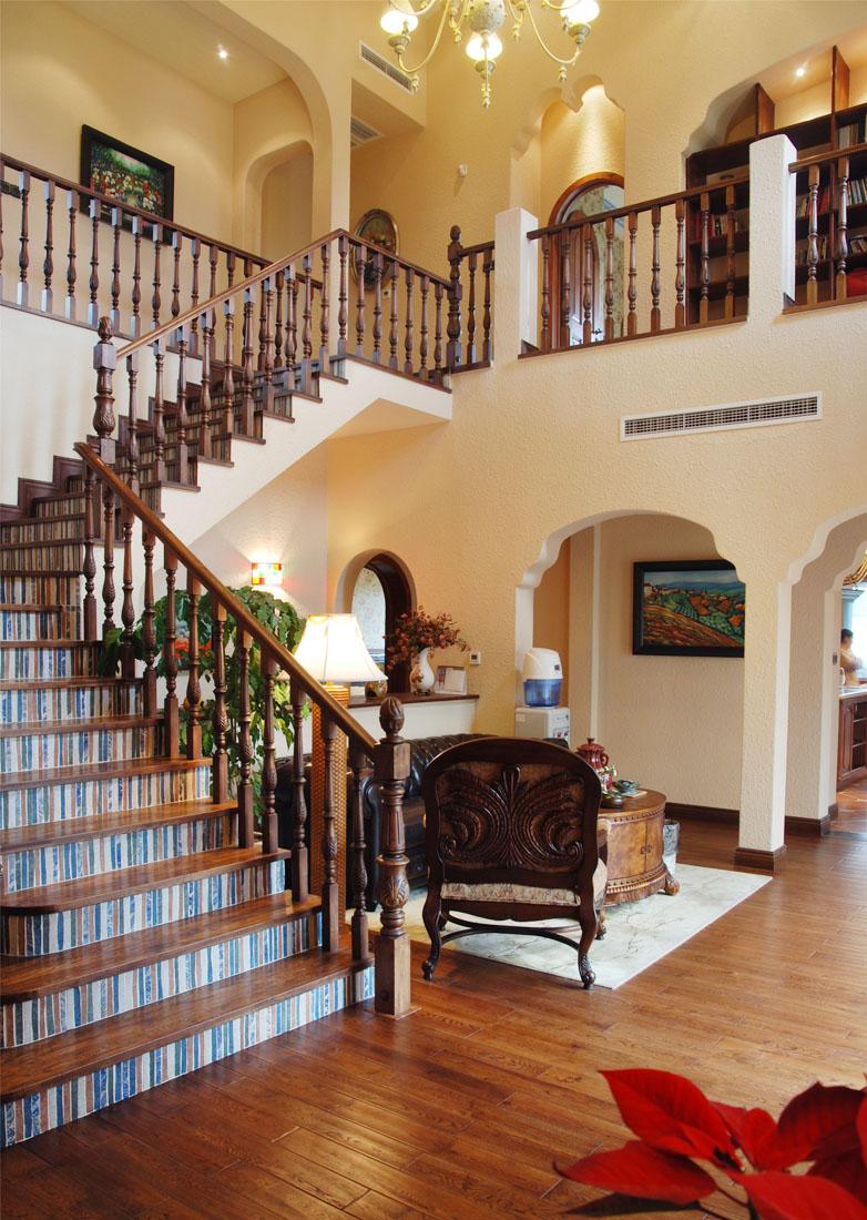 美式鄉村風格復式別墅樓梯裝修效果圖